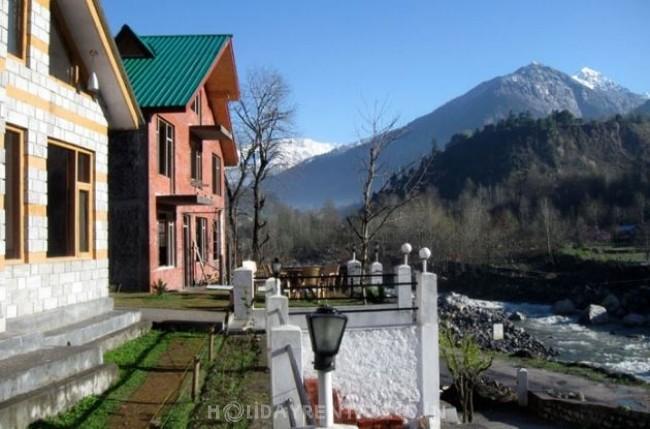 Cottages on Kanyal Road, Manali